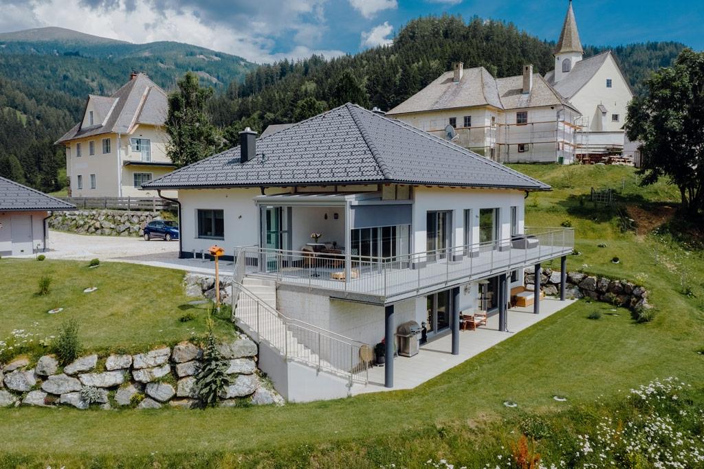 Sommergarten Alu 43 k | Terrassendach aus Aluminium grau, weiß-graues Haus mit grauem Dach | Svoboda