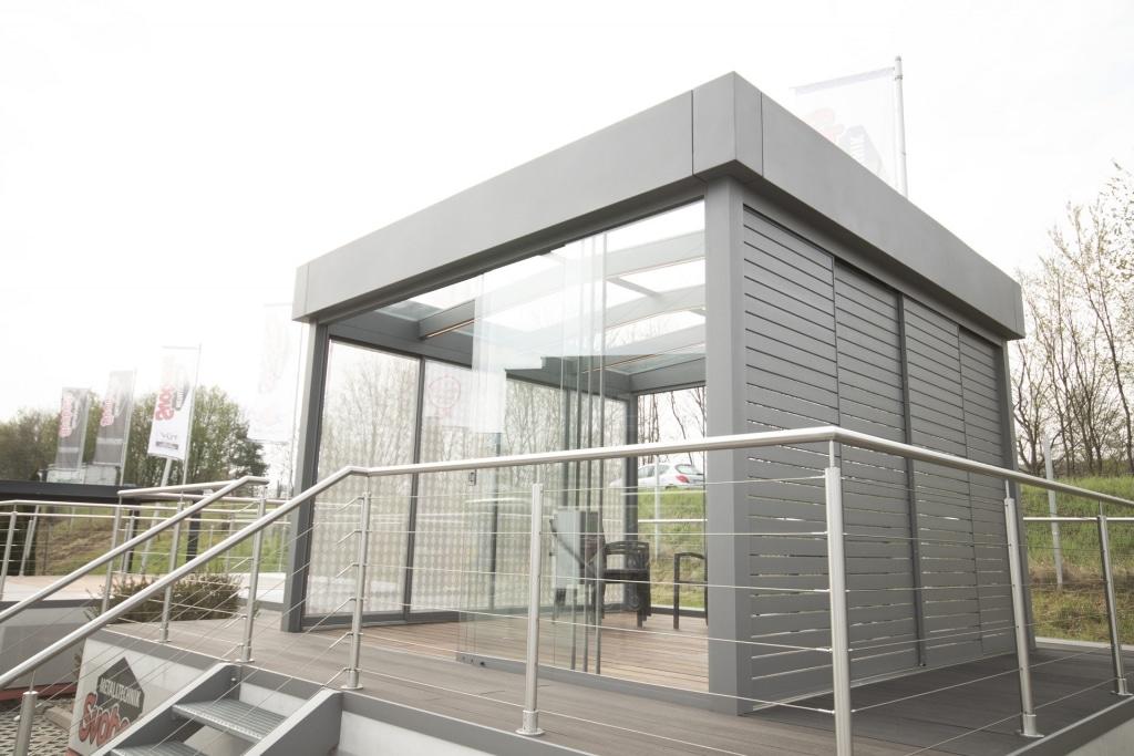 Sommergarten Alu 45 a | hellgrau mit moderner Attika-Verblechung, seitliche Sichtschutz-Schiebeelemente waagrechte Lattung | Svoboda
