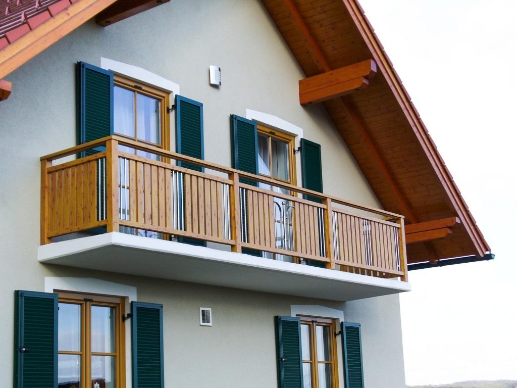 Spittal 02 H a | Aluminium-Geländer in Holz-Kiefer-Optik, Aufsatzmontage, Niro-Stäbe | Svoboda