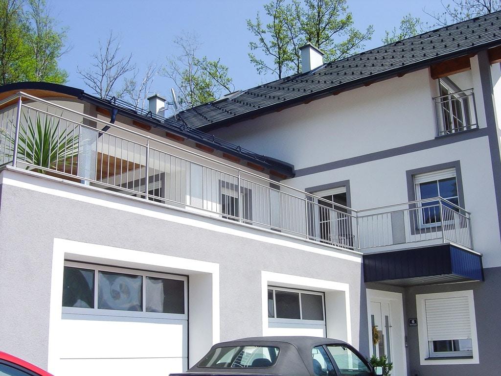 Stuttgart 01 b | Edelstahlgeländer aufgesetzt bei Balkon mit Lochblech & vertikalen Stäben | Svoboda