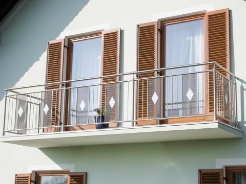 Stuttgart 02 a | Balkon aus Nirosta mit Lochblech und Dekor Vollblech-Raute | Svoboda Metalltechnik