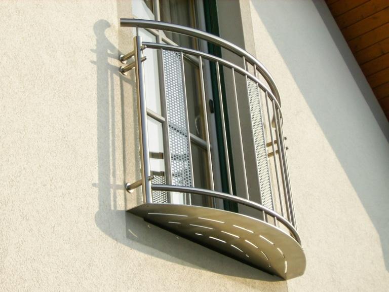 Stuttgart 04 | Gewöblter französischer Balkon bei Fenstertür, Edelstahl-Sprossen senkrecht | Svoboda