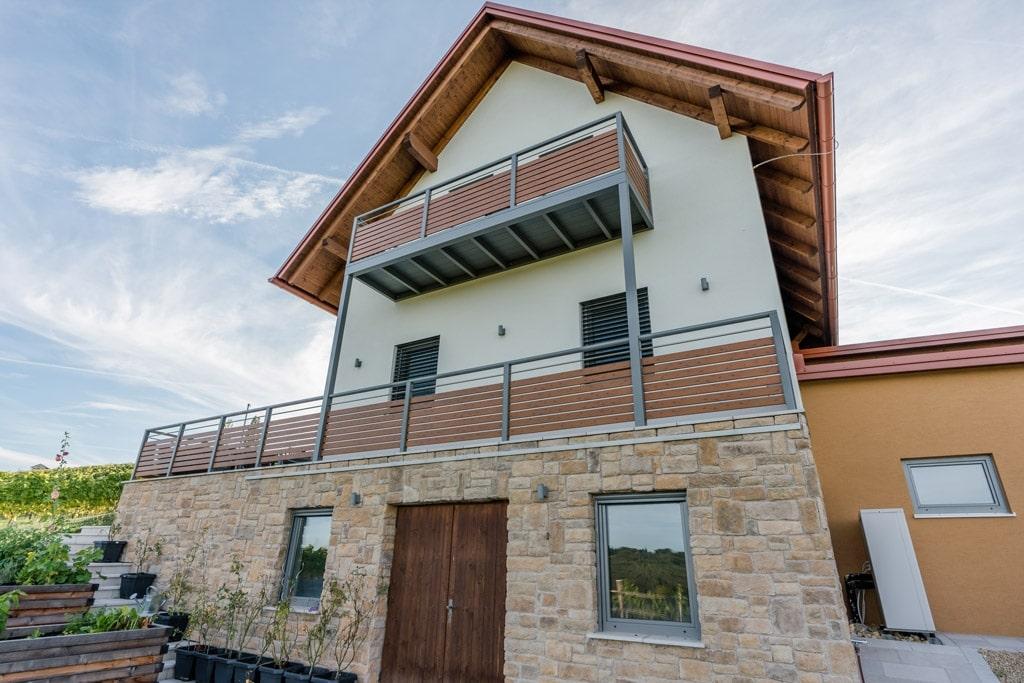 Telfs 02 H c | moderner Aluminium-Balkon bei Einfamilienhaus mit waagrechte Latten-Füllung | Svoboda