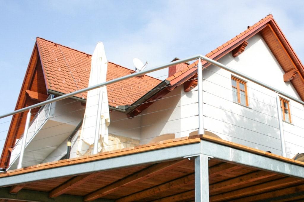 Ternitz 01 b | hellgraues Alu-Rundrohr Geländer bei Terrasse mit waagrechten Seilen | Svoboda