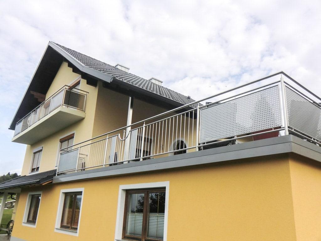 Traunstein 01 a | Absturzsicherung bei Terrasse, senkrechte Sprossen & Lochblech aus Niro | Svoboda