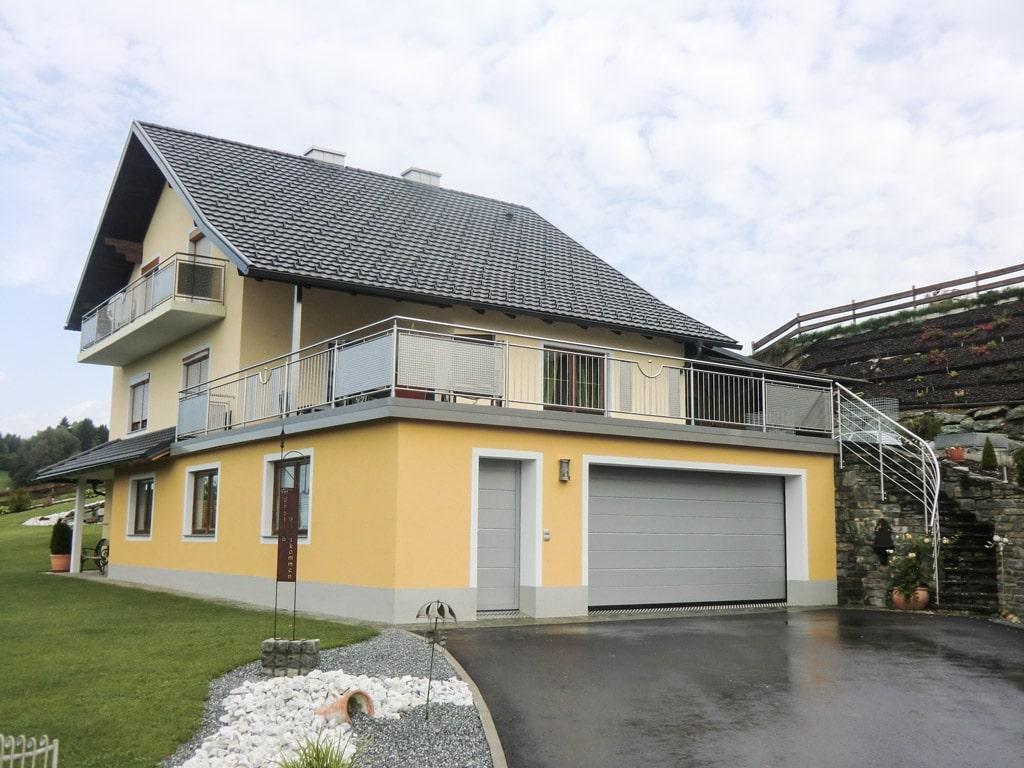 Traunstein 01 c | Edelstahl-Lochblech-Stab-Geländer bei Terrasse von gelbem Haus | Svoboda Metall
