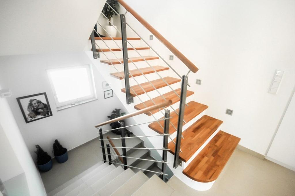 Triest 02 a | Modernes Metall-Holz-Geländer, waagrechte Sprossen, Holzhandlauf, Stirnseite | Svoboda