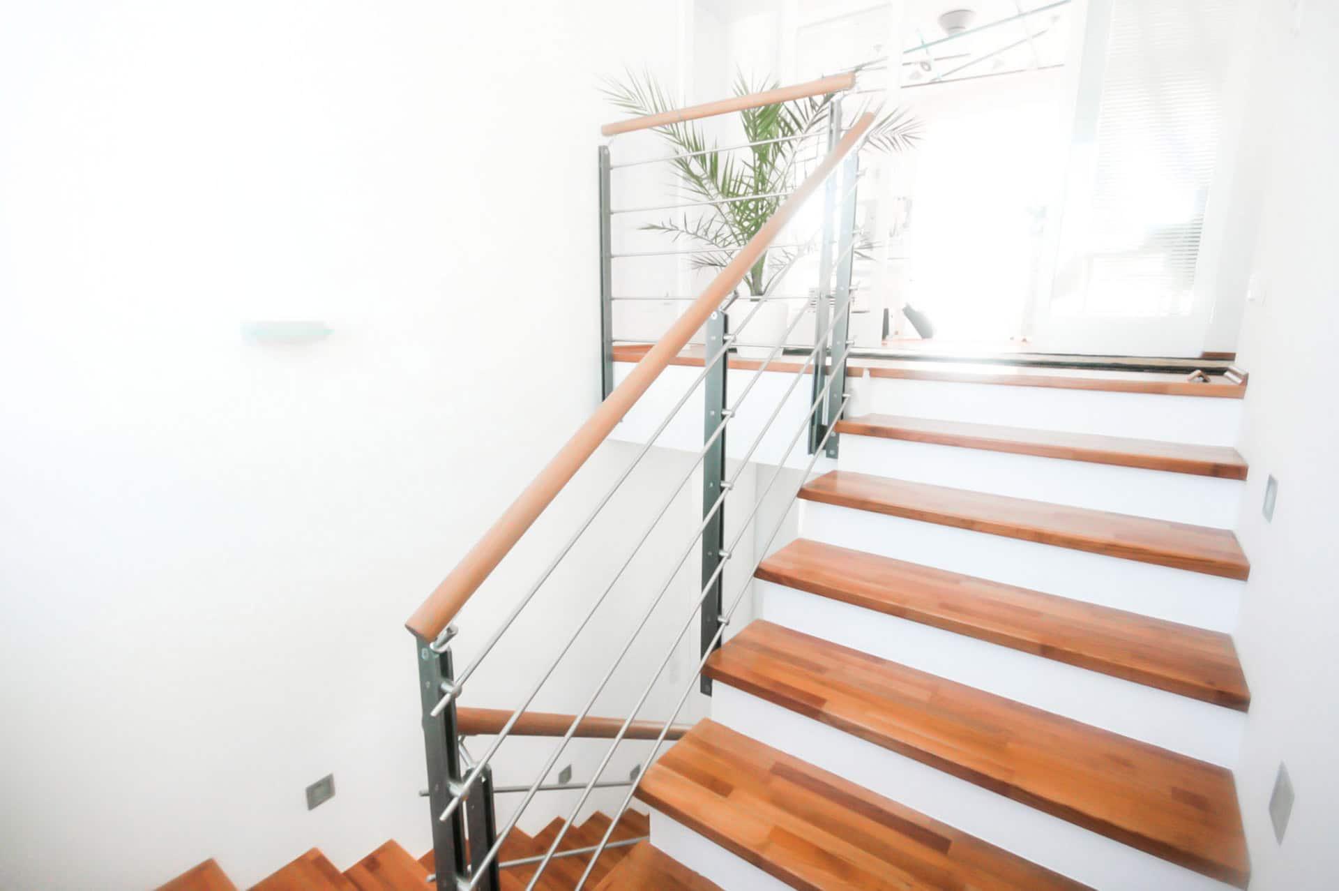 Triest 02 d | Modernes Innengeländer aus Flachstahl, waagrechten Stangen und Holzhandlauf | Svoboda