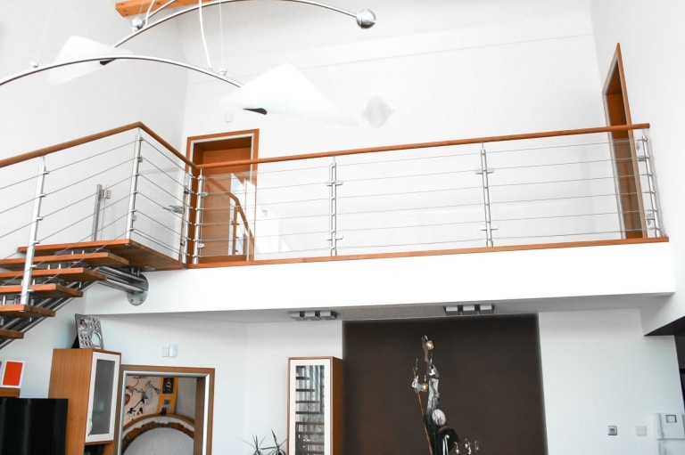 Triest 14 a | Galeriegeländer im Haus aus Edelstahl mit Seilen, Holzhandlauf & Glasscheibe| Svoboda