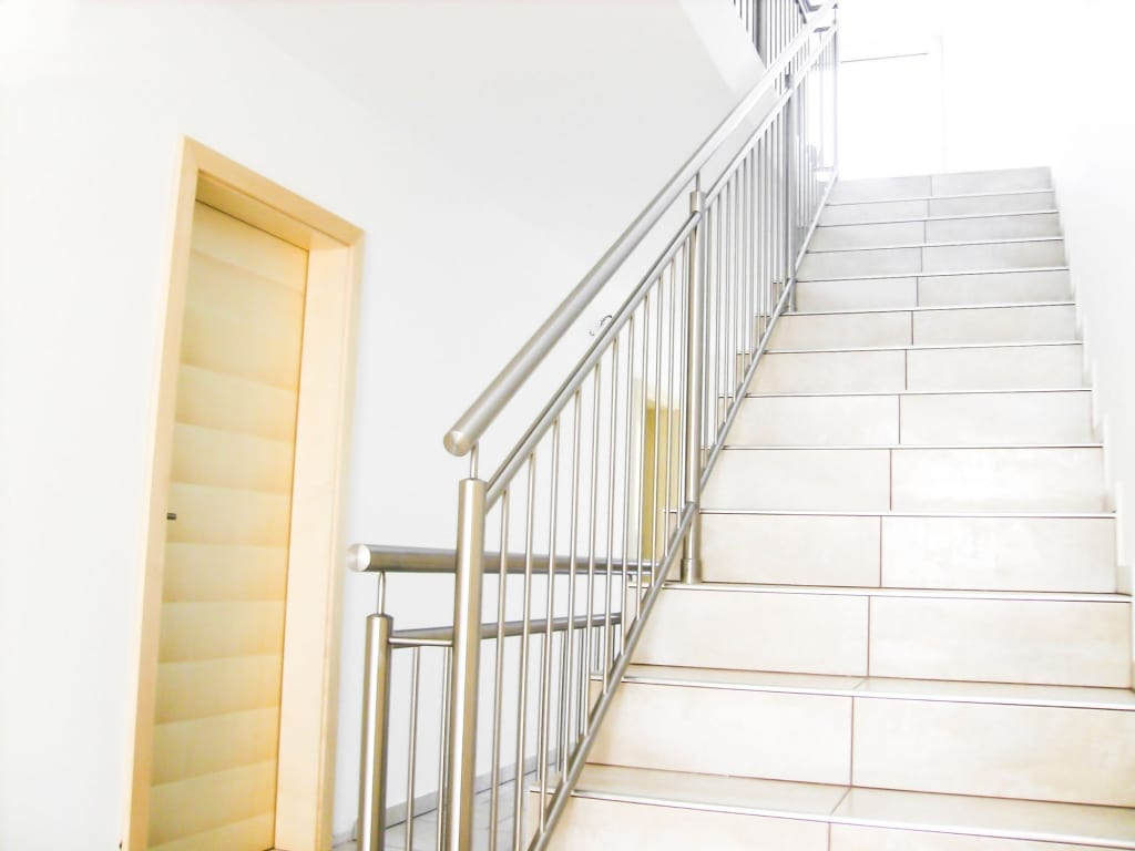 Turin 03 c   Edelstahltreppengeländer, vertikale Stäbe, auf Stufen aufgesetzt montiert   Svoboda