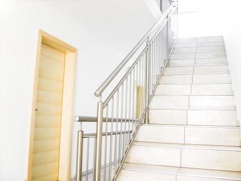 Turin 03 c | Edelstahltreppengeländer, vertikale Stäbe, auf Stufen aufgesetzt montiert | Svoboda