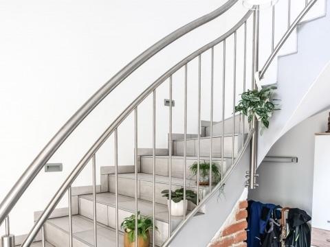 Turin 06 a | gebogenes Geländer aus Edelstahl bei Treppe, vertikale Stäbe, stirnseitig | Svoboda