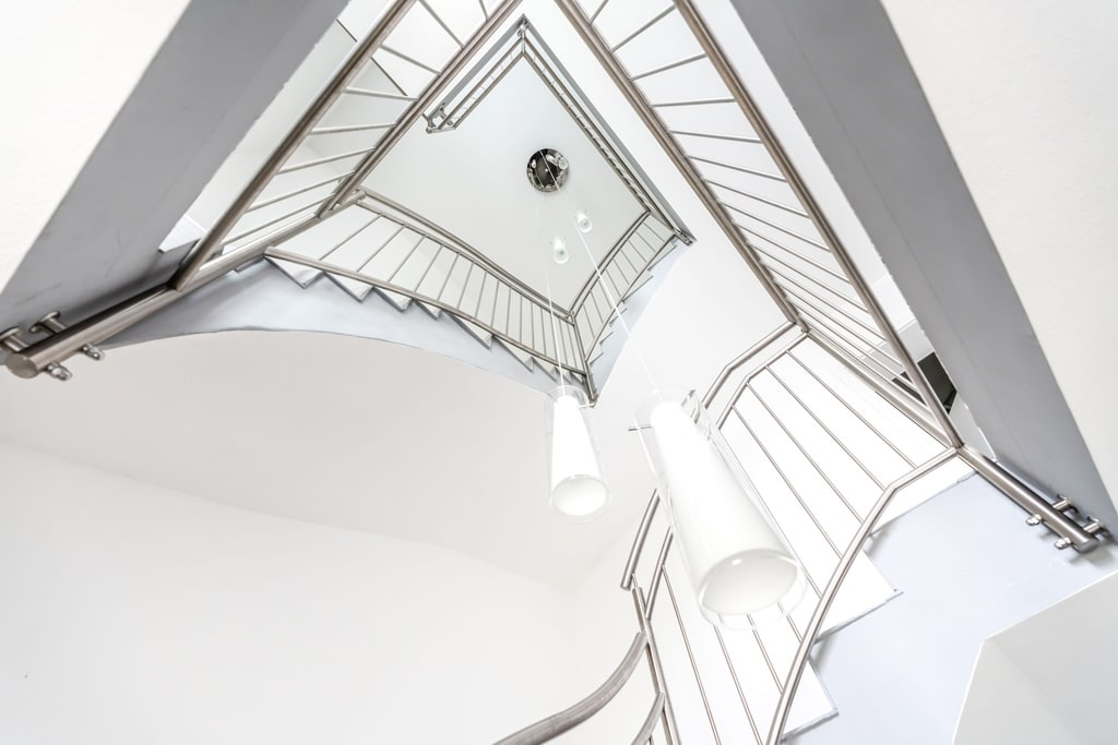 Turin 06 c | mehrstöckiges Stiegenhaus-Geländer, vertikale Edelstahl-Sprossen, stirnseitig | Svoboda