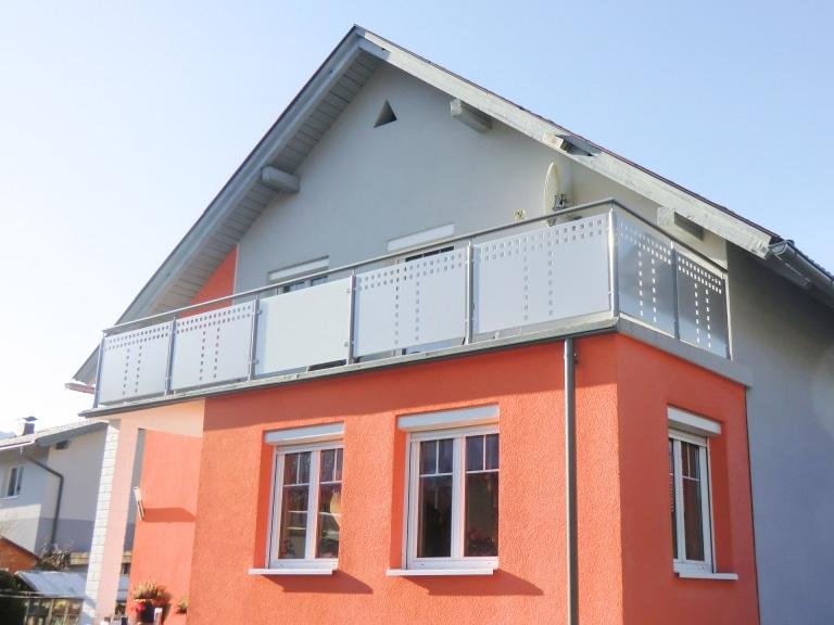 Velden 01 b | Alu-Balkon mit Rundrohr-Steher, Rundrohr-Handlauf, Alu-Laserblech, hellgrau | Svoboda