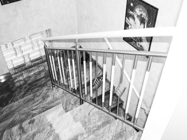 Verona 01 a | Edelstahl-Holz-Geländer bei Innenstiege mit Niro-Dekor, senkrechte Stäbe | Svoboda