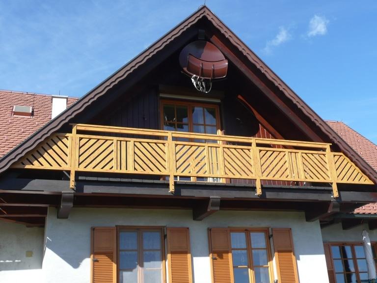 Wels 03 H b | Alu-Holz-Optik Balkon, Lattung Diagonal und vertikal, stirnseitig montiert | Svoboda