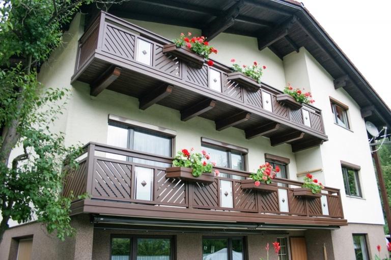 Wels 04 H b   Balkon Alugeländer, Wenge Holz-Struktur beschichtet, Glasdekor, Blumenkästen   Svoboda