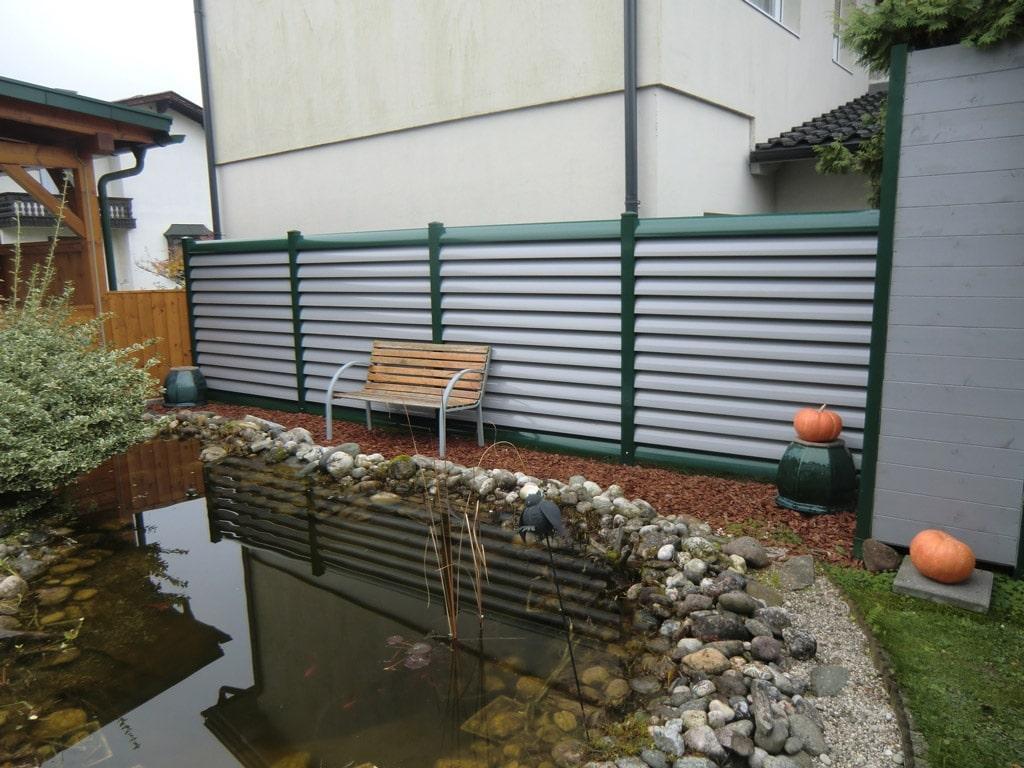 ZA Bad Ischl 04 a | blickdichter Zaun aus waagrechten Aluminium-Lamellen moosgrün-grau | Svoboda