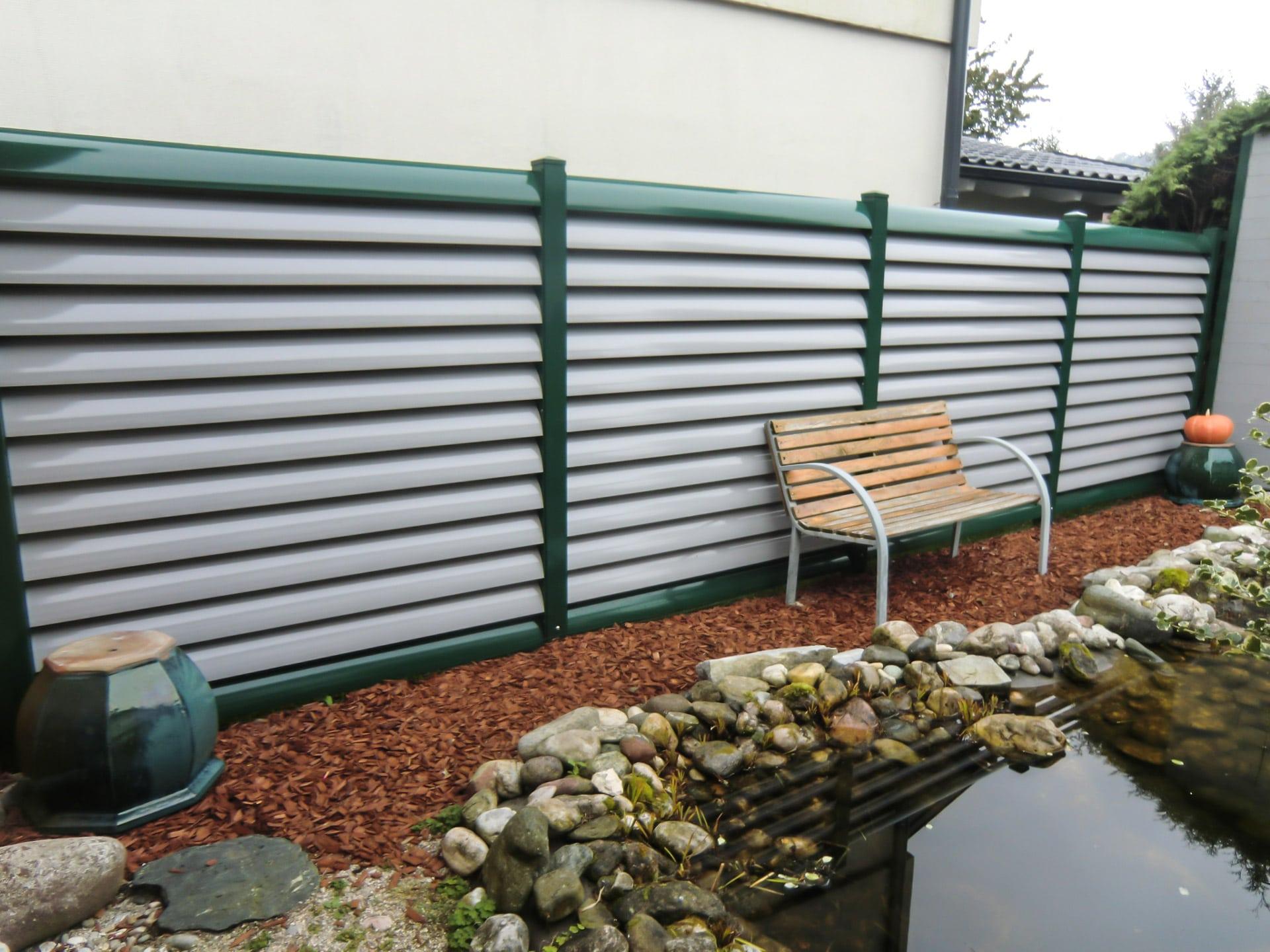 ZA Bad Ischl 04 b | Sichtschutzzaun aus Aluminium-Lamellen moosgrün-hellgrau beschichtet | Svoboda