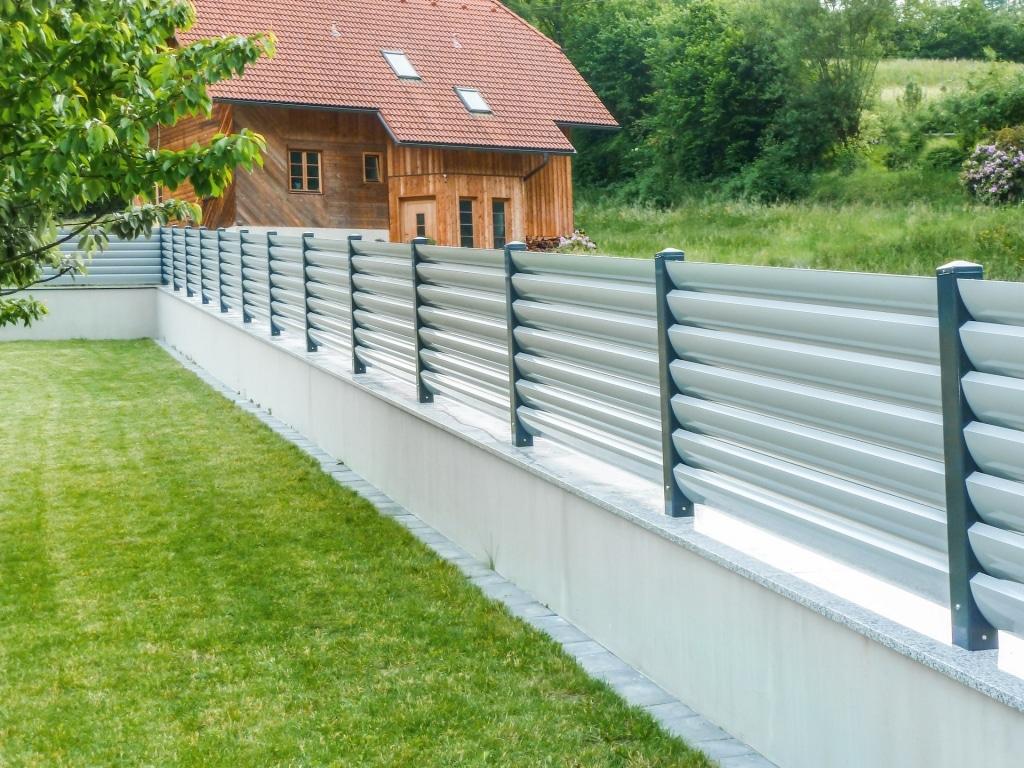 ZA Bad Ischl 05 | anthrazit-grauer Aluzaun aus waagrechten Alu-Lamellen auf Gartenmauer | Svoboda