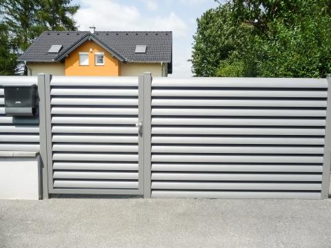 ZA Bad Ischl 07 a | Alulamellenzaun hellgrau pulverbeschichtet mit Gehtür | Svoboda Metalltechnik