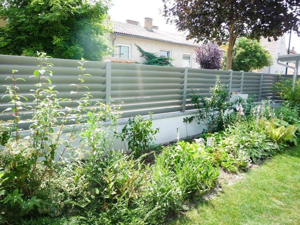 ZA Bad Ischl 07 b | hellgrauer Lamellen Sichtschutzzaun auf Gartenmauer aufgesetzt | Svoboda Metall