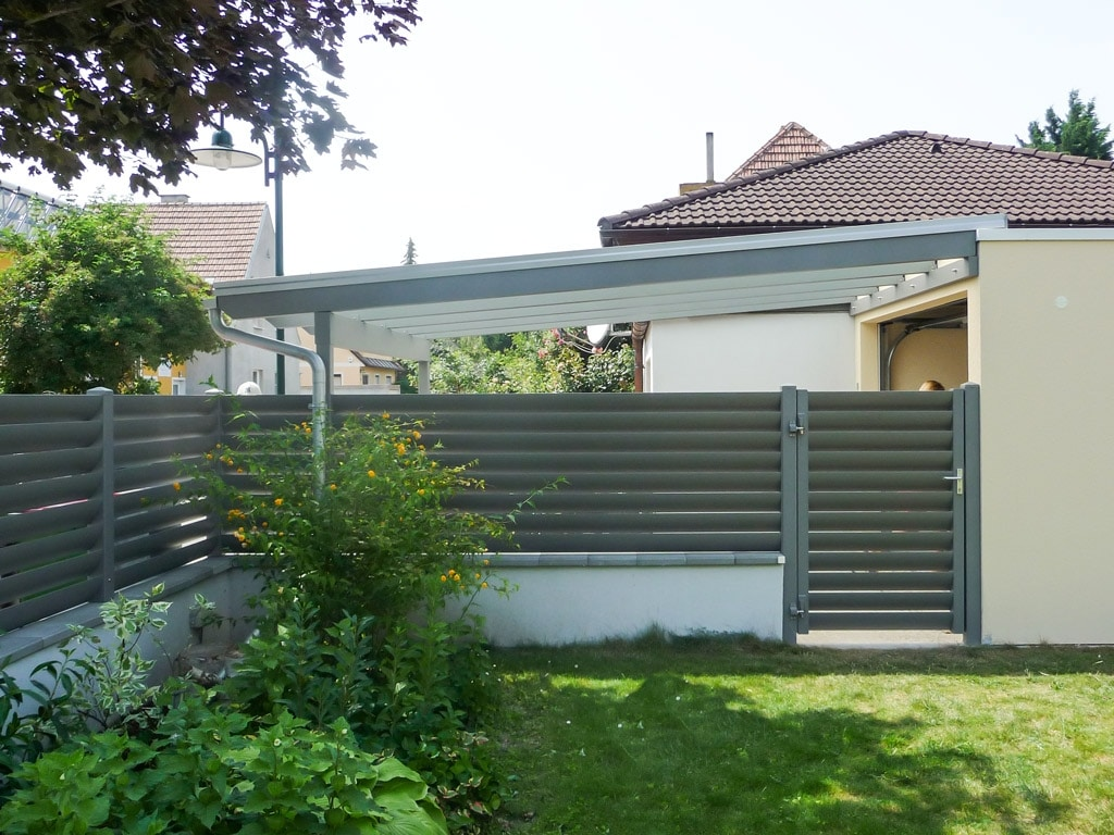 ZA Bad Ischl 07 d | grauer Aluzaun mit Alulamellen blickdicht auf Gartenmauer mit Zauntür | Svoboda