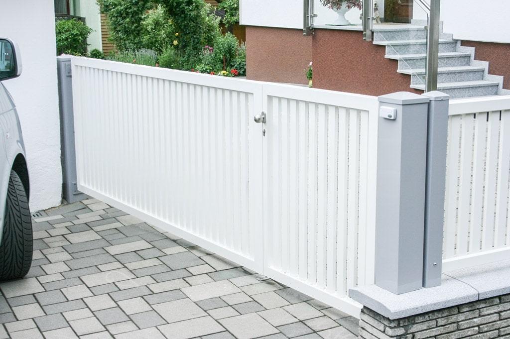 ZA Baden 02 b   weißes Aluminium Einfahrtstor bei Zaun mit Gehtür pulverbeschichtet   Svoboda