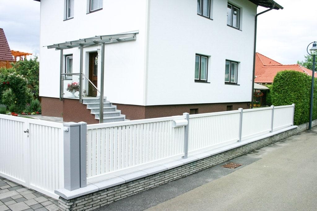 ZA Baden 02 c   Aluzaun mit hellgrauen Alustehern und weißen Alulatten auf Gartenmauer   Svoboda