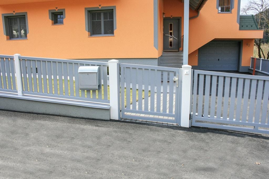 ZA Baden 04 a | grau-weißer Aluzaun mit Gehtür mit Lattenfüllun vertikal | Svoboda Metalltechnik