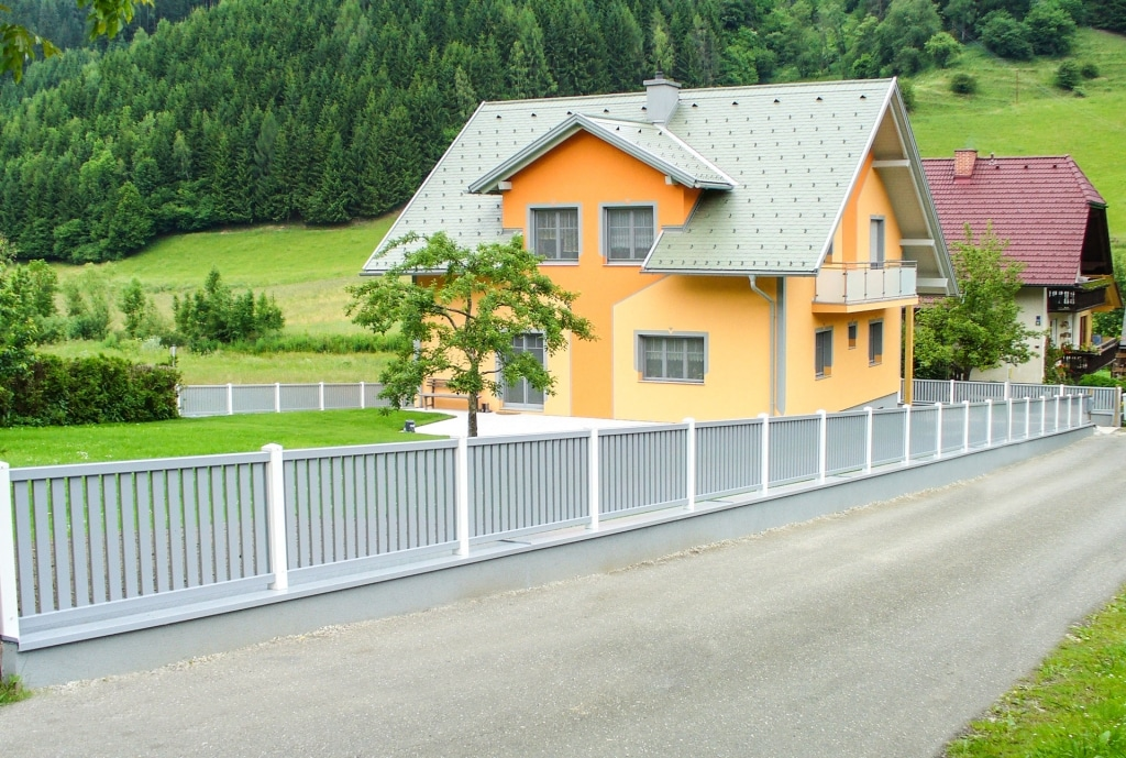 ZA Baden 04 b | zweifarbiger Garten Zaun bei Einfamilienhaus, Steher weiß, Alulatten grau | Svoboda