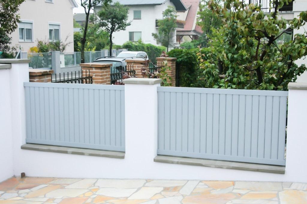 ZA Baden 06 a | graue Aluzaunfelder bei Gartenmauer mit senkrechten Latten ohne Luft | Svoboda