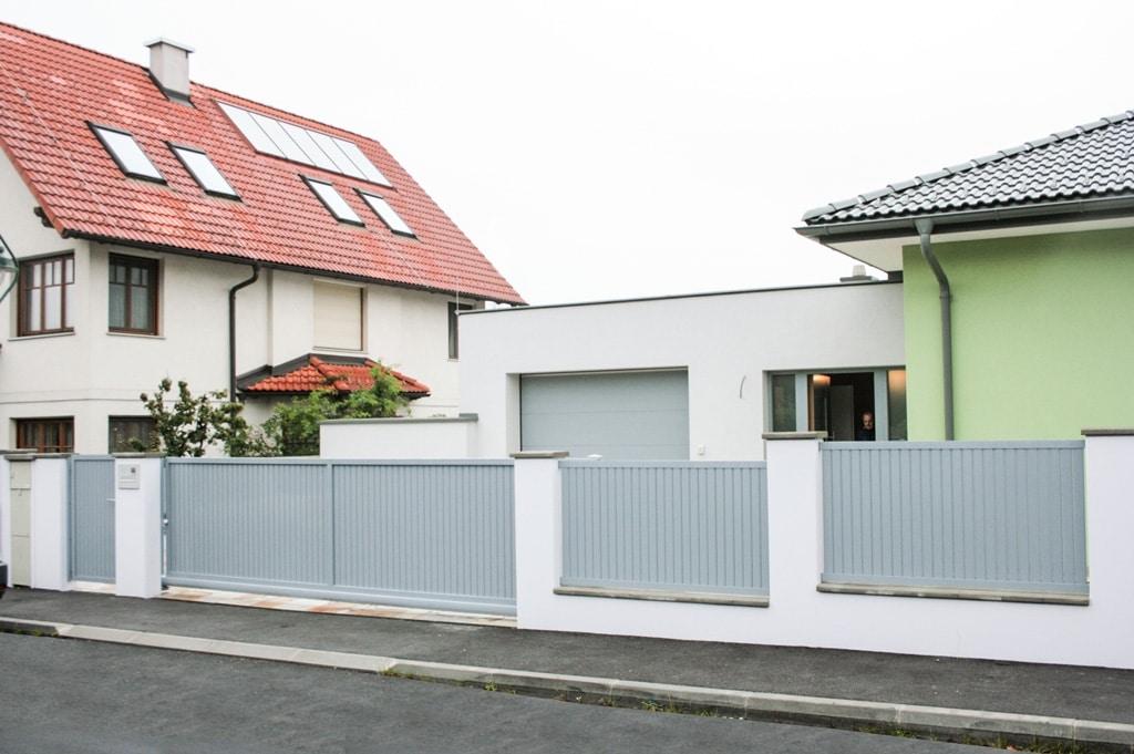 ZA Baden 06 d | Aluminium Zaun und Einfahrtstor mit senkrechten Sichtschutz Latten grau | Svoboda