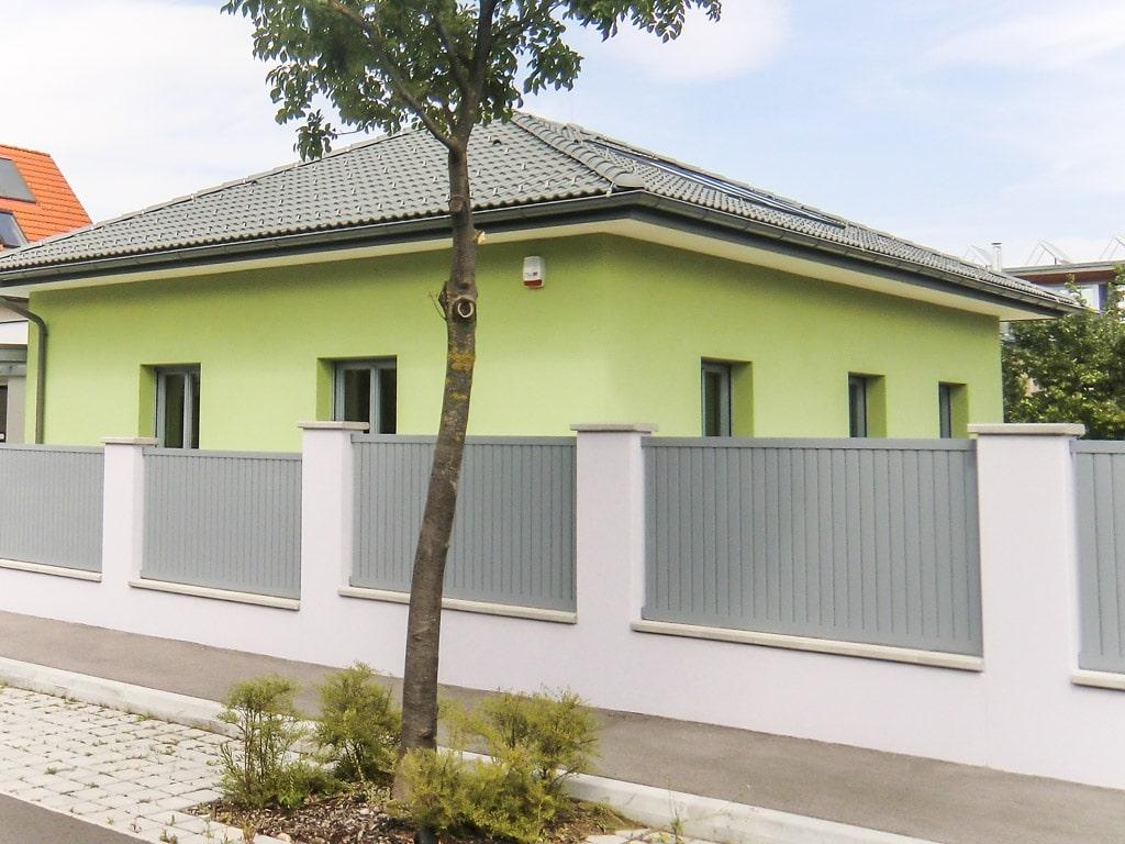 ZA Baden 06 e | blickdichter Zaun grau bei Mauer mit Latten senkrecht ohne Luft dazwischen | Svoboda