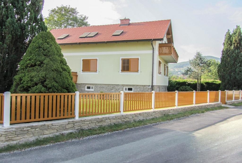 ZA Baden 01 | Alu Garten Zaun auf Mauer mit weißen Alustehern und braunem Latten Feld | Svoboda