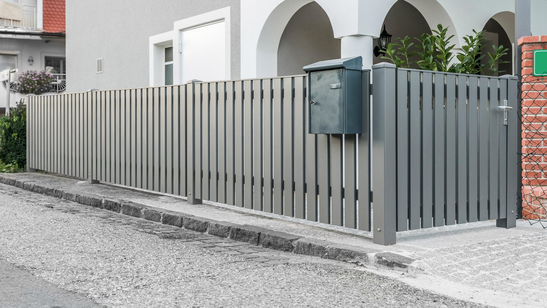 ZA Baden 13 a   Vertikaler Aluminium Lattenzaun und Zauntür mit Alu-Briefkasten grau   Svoboda