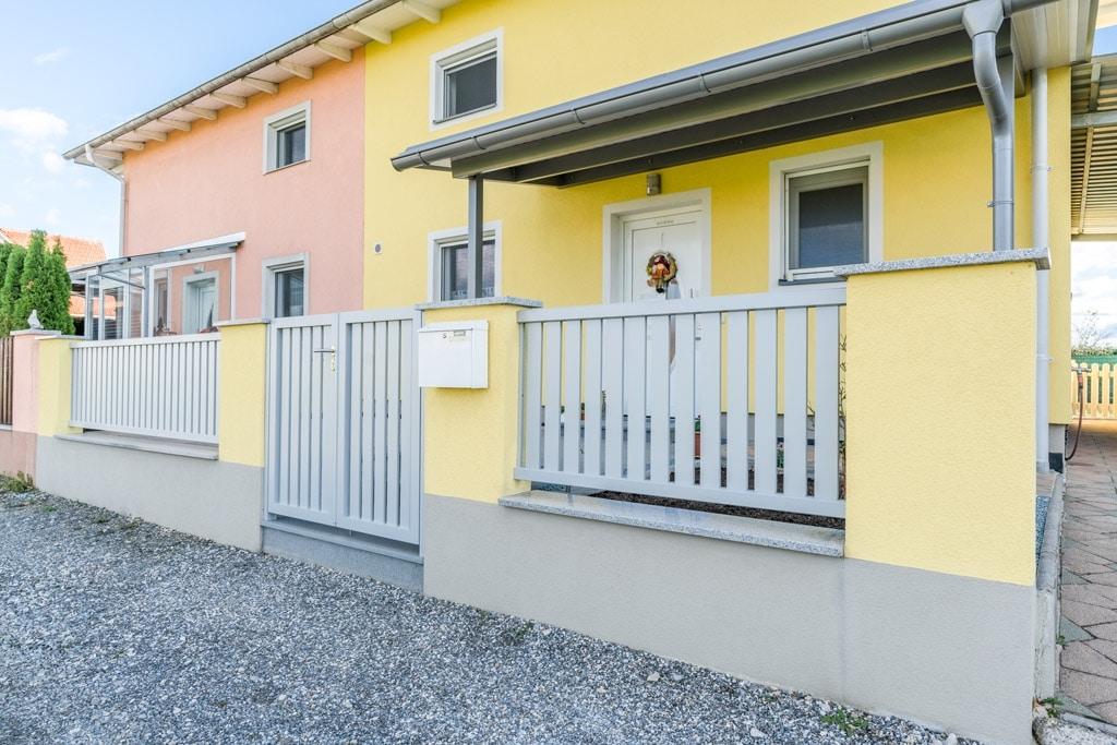 ZA Baden 14 a   Aluminiuimzaun und Alutürl mit vertikalen Latten bei Doppelhaushälfte   Svoboda
