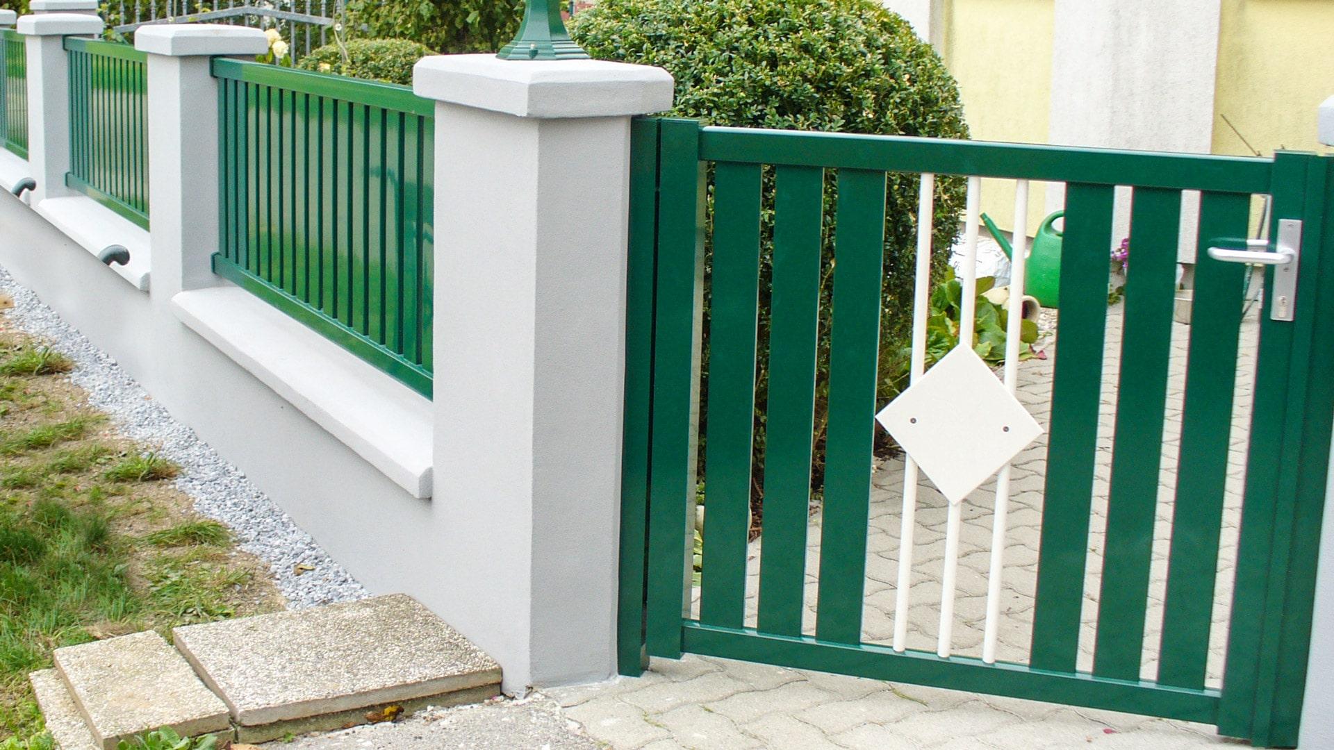 ZA Braunau 01 a | grüne Aluminiumgehtür im Garten bei Mauer mit weißen Alustäben und Blech | Svoboda