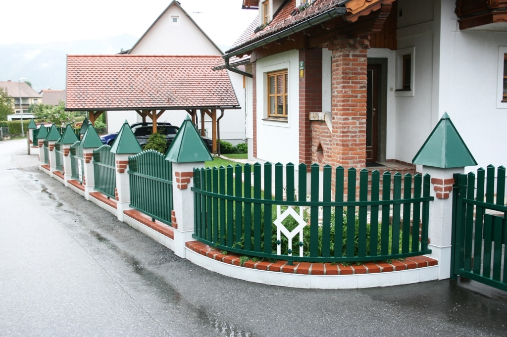 ZA Brunn 01 a | Zaunfelder aus moosgrünem Alu-Lattenzaun mit weißem Dekor | Svoboda Metalltechnik