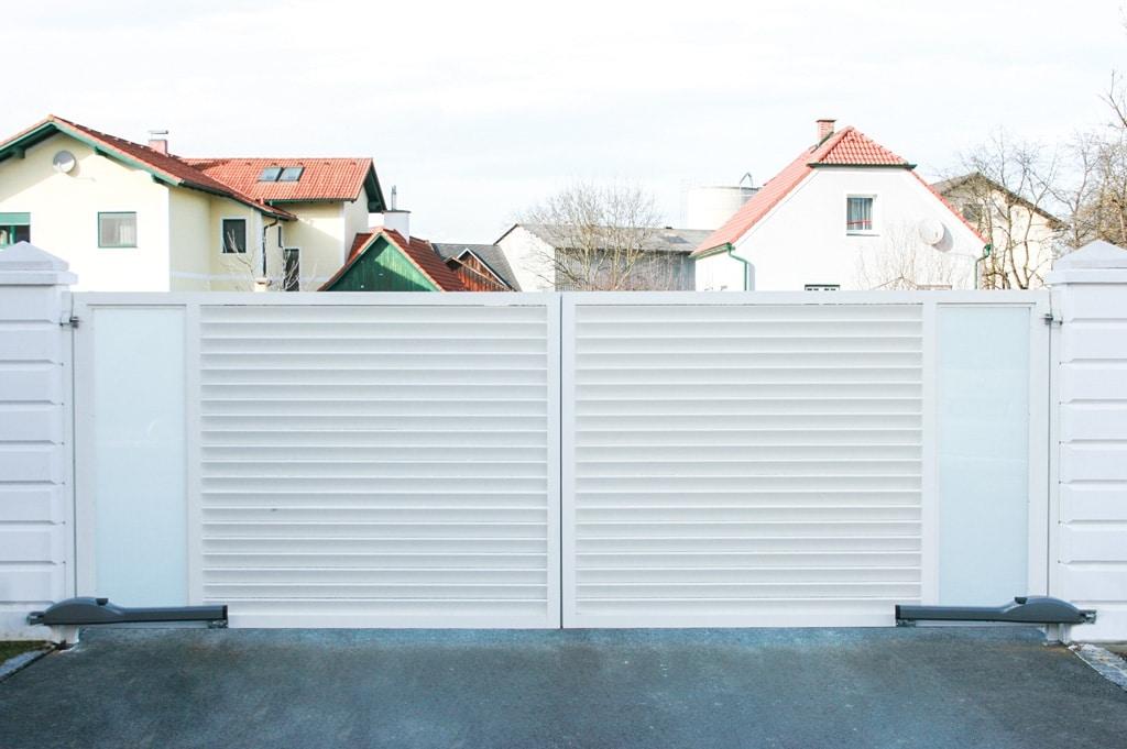 ZA Dürnstein 02 a | weisses zweiflügeliges automatisches Alu Glas Drehtor bei Hauseinfahrt | Svoboda