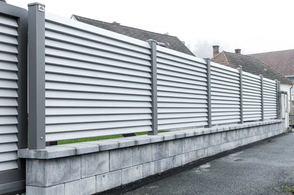 ZA Dürnstein 04 a | hellgrauer Aluminiumlamellenzaun auf Mauer mit dunkelgrauen Alustehern | Svoboda