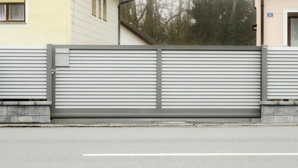 ZA Dürnstein 04 c | Schubtor mit waagrechten Schuppen Lamellen grau beschichtet | Svoboda Metall