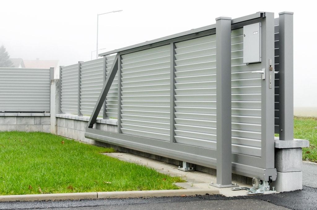 ZA Dürnstein 04 d | Automatisches Tor mit Schiebemotor bei Einfahrt aus Alulamellen | Svoboda Metall