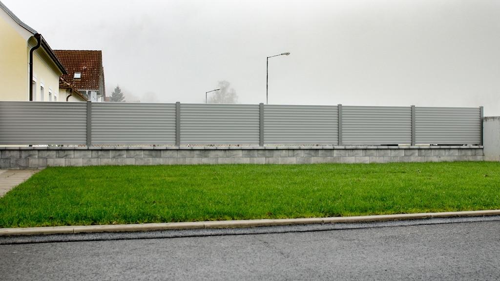 ZA Dürnstein 04 e | Alulamellenzaun mit waagrecher grauer Lattung schuppig angeordnet | Svoboda