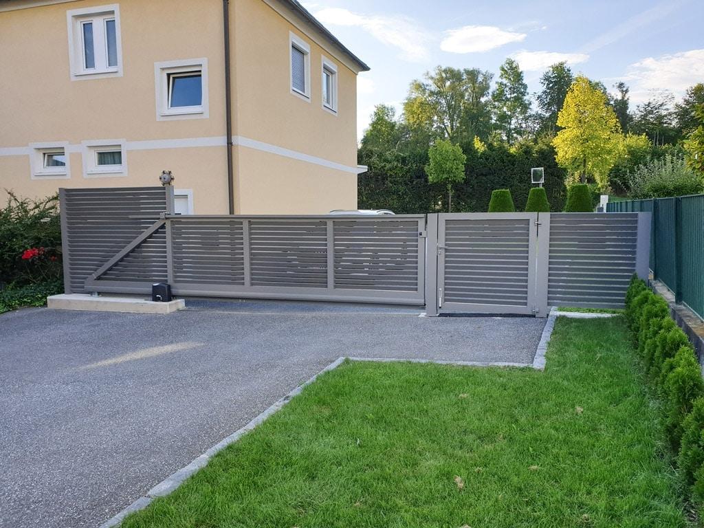 ZA Dürnstein 10 b | Alu-Schiebetor mit waagerechten Aluminiumlamellen verdreht angeordnet | Svoboda