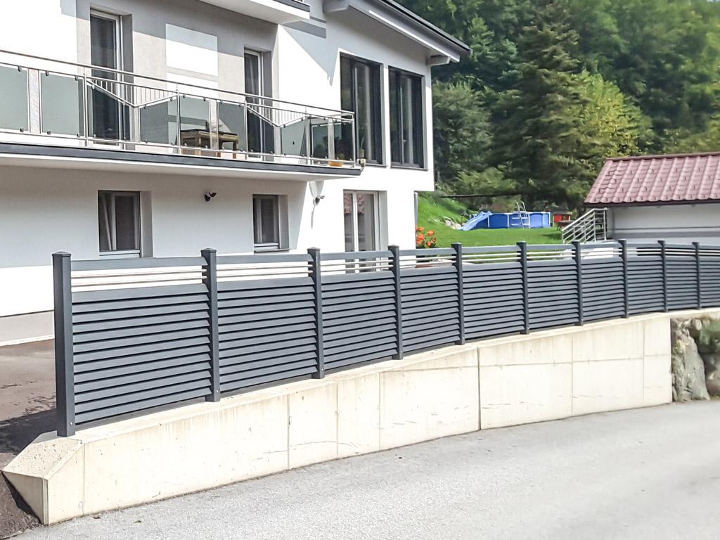 ZA Dürnstein 11 | waagerechter Aluminium-Lamellen-Zaun in anthrazit mit Nirosta Querstäben | Svoboda