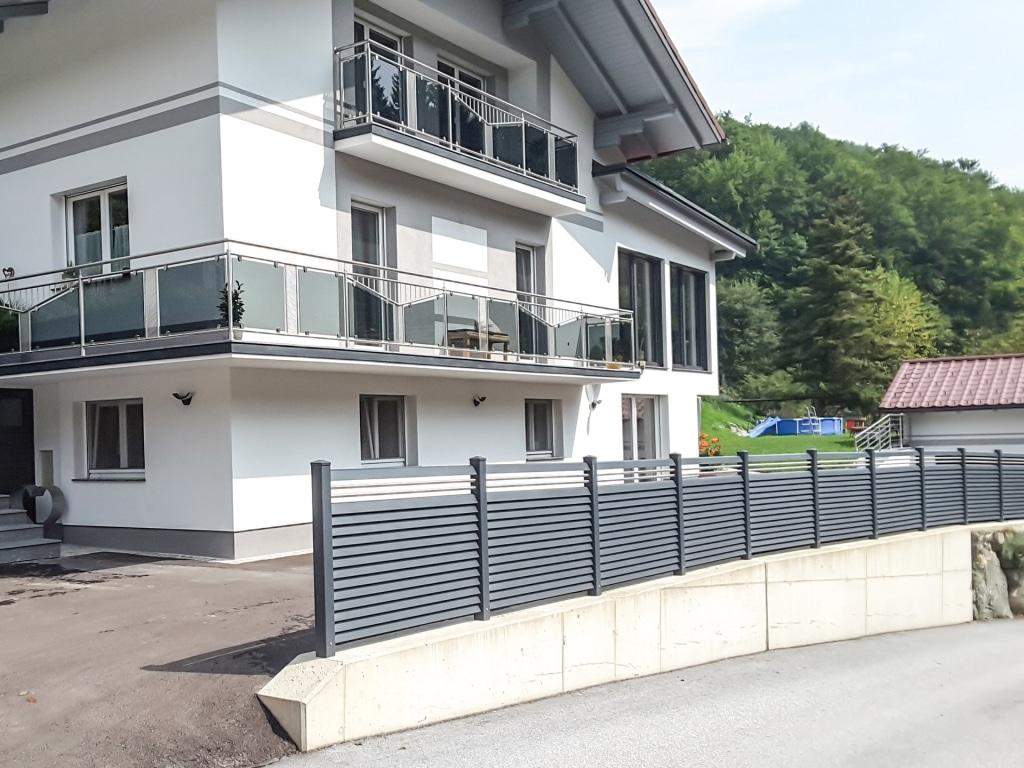 ZA Dürnstein 11 | Zaun mit Aluminium-Lamellen und 2 Niro-Stäben waagrecht anthrazit modern | Svoboda