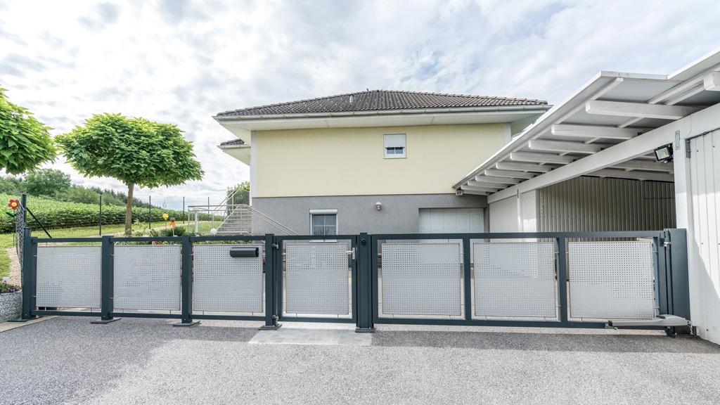 ZA Güssing 10 a | Aluminium-Zaun mit Türl und automatischem Drehtor bei Hauseinfahrt | Svoboda