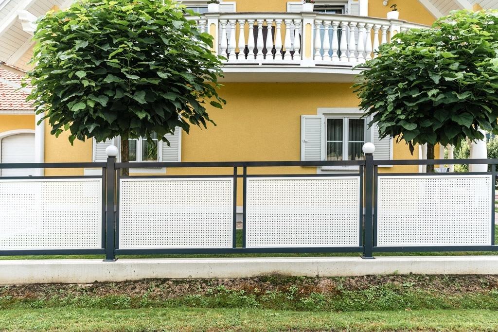 ZA Güssing 13 f   anthrazit-weißer Alu-Gartenzaun mit Lochblech, Leuchtkugeln auf Steher   Svoboda