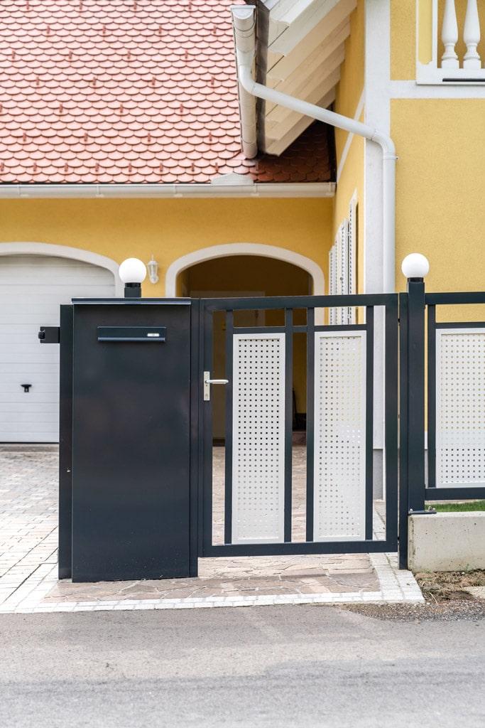 ZA Güssing 13 i   anthrazit-weiße Alu Gehtür bei Gartenzaun mit Postkasten in Alu-Steher   Svoboda